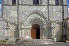 Eglise Notre-Dame - Châtillon-sur-Indre (Indre)  Eglise Notre-Dame.   Le portail occidental, autrefois protégé par un narthex dont les arrachements ont subsisté, montre Adam, Eve et le serpent, et toute une thématique de la lutte des forces du Bien et du Mal.