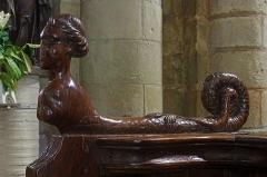 Eglise Notre-Dame - Châtillon-sur-Indre (Indre)  Eglise Notre-Dame.  Les stalles: animal fabuleux à tête de femme.