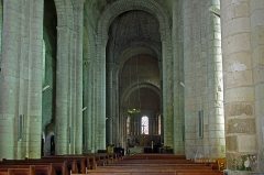 Eglise Notre-Dame - Châtillon-sur-Indre (Indre)  Eglise Notre-Dame (Ancienne collégiale Saint-Outrille).  Vue d\'ensemble de la nef.  L\'église a une voûte très haute et des chapiteaux élevés. Vers la croisée du transept, la nef s\'élève à environ 16 mètres.