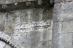 Eglise Notre-Dame - Châtillon-sur-Indre (Indre)  Eglise Notre-Dame.  Le portail sud est surmonté d\'une inscription qui évoque la collégiale Saint-Outrille: \