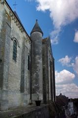Eglise Notre-Dame - Châtillon-sur-Indre (Indre)  Eglise Notre-Dame (Ancienne collégiale Saint-Outrille).  Ensemble sud.  La collégiale romane Saint-Outrille aurait été fondée au Xe ou au XIe siècle pour accueillir les reliques du saint.  L\'édifice actuel fut reconstruit dans le dernier quart du XIe siècle (chœur, abside) et se poursuit au XIIe (transept, absidioles).  Au XIIe siècle, la nef fut rehaussée et élargie par l\'adjonction de collatéraux.  L\'ensemble est roman, sauf la chapelle latérale, de style gothique comme la croisée de transept, qui fut construite au XVe siècle.  L\'église Saint-Outrille devint Notre-Dame avant la Révolution.   En 1791, elle devint église paroissiale et fut requisitionnée pour un curé constitutionnel.