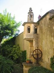 Maison - Français:   Puits gothique, monument historique