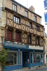 Maison - This building is inscrit au titre des monuments historiques de la France. It is indexed in the base Mérimée, a database of architectural heritage maintained by the French Ministry of Culture,under the reference PA00097312 .