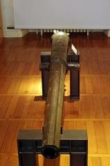Ancien hôtel-Dieu - Issoudun (Indre).  Musée de l\'Hospice Saint-Roch.  Couleuvrine de 1568 en bronze. En provenance des remparts de la ville.  Elle porte les inscriptions:  ANDRI: BRASSEUX POTTIER DE TEN (...potier d\'étain)  A FETTE SETTE PIESSESY SIMON: DUFOUR SOLLICITEUR (à la demande de ...)  LE NO DES GOUVERNEUX DE G: ROBERT: G: CARCAT: YVE: AUDOULX: I: COVGNY . (échevins élus)  A . YSSOUDUN: IE FV FETTE: POUR TENIR: AVX ANNEMIS: TESTE:  DEP  (l\'extrémité est tronquée. devait indiquer: DE P [AR LE ROI])