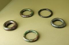 Ancien hôtel-Dieu - Issoudun (Indre).  Musée de l\'Hospice Saint-Roch.  Bracelets, anneaux, en bronze, du Ier siècle avant J.-C.  Objets provenant de la \