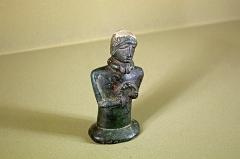 Ancien hôtel-Dieu - Issoudun (Indre).  Musée de l\'Hospice Saint-Roch.    Petit buste sur socle du second âge du fer (Ier siècle avant J.-C.).  Cette statuette en bronze provient d\'une sépulture de l\'oppidum de la Colline des Tours à Levroux (Indre).  La statuette gît dans une fosse comblée de matériel de La Tène (Ier siècle avant. J.-C.) et se trouve associée à une ramure de cervidé (Krausz et al., 1989). On retrouve dans d\'autres endroits des statuettes de ce genre associées à des bois de cervidés.  Le personnage porte autour du cou un torque à tampons et tient dans ses mains un autres torque torsadé. ces attributs désigneraient un dignitaire militaire ou religieux.   Les traits du visage, yeux obliques, nez droit, bouche fine, coiffure tirée en arrière, bandeau,  sont semblables aux productions de bronze d\'Europe de l\'Est.