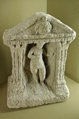 Ancien hôtel-Dieu - Issoudun (Indre).  Musée de l\'Hospice Saint-Roch.  Venus abritée sous un édicule. Sculpture gallo-romaine en pierre trouvée à Issoudun, rue du Château (aujourd\'hui rue Pierre Sémard).  Cette Vénus est très analogue à d\'autres en terre cuite. (par ex. Vénus nue, sortant de la mer au Musée Roulin, Autun.  De nombreuses statuettes de Vénus gallo-romaines ont été retrouvées. Les Vénus gauloises sont à rapprocher des déesses-mères.