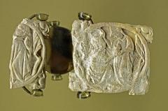 Ancien hôtel-Dieu - Issoudun (Indre)  Musée de l\'Hospice Saint-Roch.  Les deux valves en ivoire d\'une boîte à miroir. Fin XIIIe - début XIVe siècle.  Aux XIIIe et XIVe siècles, le travail de l\'ivoire est une spécialité parisienne. La production est exportée dans toute l\'Europe.  Au XIe siècle, l\'ivoire d\'éléphant est très rare et très cher. Un abbé de Cluny devra payer cinq fois le pris d\'un clos* de vigne pour un diptyque* en ivoire.  Au XIIIe siècle, l\'ivoire d\'Afrique arrive en quantité dans les ports de l\'Atlantique, en particulier les ports normands. A partir des ports normands, l\'ivoire est dirigé sur Paris pour y être travaillé dans les ateliers des paroisses de Saint-Germain l\'Auxerrois, Sainte-Opportune, Saint Leu-Saint-Gilles et Saint-Merri, proches des ateliers des orfèvres.  La boîte à miroir est composée de deux volets qui renferment une plaque de métal poli.  Ici les volets de la boîte à miroir sont en ivoire gravé. La gravure représente deux scènes de l\'amour courtois: deux amants se rencontrent.  Dans une scène, le jeune homme offre son coeur à la dame qui le coiffe d\'une couronne en signe d\'acceptation. Dans l\'autre scène, sur le couvercle cassé, la dame se détourne du baiser du prétendant.  . . .  Le \