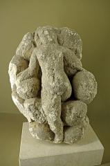 Ancien hôtel-Dieu - Issoudun (Indre).  Musée de l\'Hospice Saint-Roch.  Stèle de Mithra.  Statuette gallo-romaine en pierre calcaire du dieu Mithra, IIe-IIIe siècle après J.-C, en provenance de Saint-Aubin (Indre).  La statuette représente la naissance de Mithra.  Le dieu Mithra nait de la pierre (\