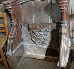 """Ancienne collégiale Sainte-Menehould, actuelle église Saint-Sulpice - Palluau-sur-Indre (Indre)  Eglise Saint-Sulpice, anciennement collégiale Sainte Menehould.  Les stalles (XVe siècle): Miséricorde sculptée en bois.  Une """"miséricorde"""", ou crédence, ou encore patience est une petite console fixée sous le siège relevable. Elle permet au moine de prendre appui sur elle lorsque son siège est relevé et qu\'il est debout."""