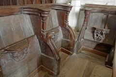 """Ancienne collégiale Sainte-Menehould, actuelle église Saint-Sulpice - Palluau-sur-Indre (Indre)  Eglise Saint-Sulpice, anciennement collégiale Sainte Menehould.  Les stalles (XVe siècle): Miséricordes sculptées en bois.  Une """"miséricorde"""", ou crédence, ou encore patience est une petite console fixée sous le siège relevable. Elle permet au moine de prendre appui sur elle lorsque son siège est relevé et qu\'il est debout."""