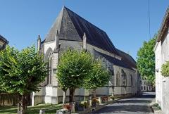 Ancienne collégiale Sainte-Menehould, actuelle église Saint-Sulpice - Palluau-sur-Indre (Indre)  Eglise Saint-Sulpice, anciennement collégiale Sainte Menehould. Chevet et chapelle seigneuriale côté Nord.  Située au pied du château, l'église collégiale du XIIème, anciennement église collégiale Sainte Menehould, est devenue Saint-Sulpice après le Concordat de 1801.  La collégiale Sainte-Menehould de Palluau a été fondée avant 1238 pour un prieur et quatre chanoines. (ABBAYES ET PRIEURES DE L\'ANCIENNE FRANCE - V - Province ecclésiastique de Bourges - Par le R. P. Dom J.-M. BESSE 1912)  L\'église est sur un plan cruciforme. Le choeur, à pans coupés, présente des formes successives de l'art gothique local.  L\'édifice est orné de nombreux vitraux, de stalles du XVème siècle, de statues polychromes du Moyen Âge et de l'époque moderne et de magnifiques boiseries.   La chapelle seigneuriale, au nord, a été édifiée en 1502 par Charles de Tranchelion.
