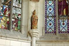 Ancienne collégiale Sainte-Menehould, actuelle église Saint-Sulpice - Palluau-sur-Indre (Indre)  Église Saint-Sulpice, anciennement collégiale Sainte Menehould.    Statue en pierre polychrome du XVIIe siècle.  La statue représente saint Sulpice le Pieux en tenue d\'évêque. La main droite est un ajout d\'une restauration en 1977.  Saint Sulpice le Pieux est fêté le 17 janvier. Il naît à Vatan (Indre), en 576, dans une famille noble. Il est nommé archevêque de Bourges en 624 à la mort de son prédécesseur saint Aoustrille. Il passe toute sa vie dans l\'austérité et la pauvreté. Il est crédité de nombreuses conversions et de nombreux miracles. Il meurt en 647.