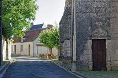Ancienne collégiale Sainte-Menehould, actuelle église Saint-Sulpice - Palluau-sur-Indre (Indre)  Eglise Saint-Sulpice, anciennement collégiale Sainte-Menehould.  Porte de la chapelle seigneuriale.  La chapelle seigneuriale de la Madeleine, sur le côté nord du chœur, œuvre des frères Gilles et Charles Tranchelyon, a été fondée au début du XVIe siècle. A la fondation de la chapelle est attachée une rente de trente sous tournois et deux chapons pour qu\'il fut célébré pour le seigneur un service solennel.