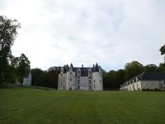 Château des Brétignolles - Français:   Vue du domaine des Brétignolles à Anché, Indre-et-Loire, France De gauche à droite: la chapelle, le château, les communs
