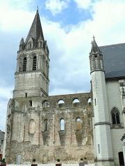 Eglise abbatiale Saint-Pierre-Saint-Paul - Français:   Beaulieu-lès-Loches - Abbatiale Saint-Pierre-Saint-Paul: le clocher roman, les vestiges du mur nord de la nef et l\'abbatiale restaurée au XVe siècle