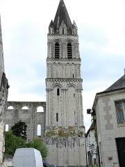 Eglise abbatiale Saint-Pierre-Saint-Paul - Français:   Beaulieu-lès-Loches - Abbatiale Saint-Pierre-Saint-Paul: le clocher roman, les vestiges du mur nord de la nef