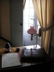 Château, actuellement Musée Balzac - English: Table de travail d'Honoré de Balzac au château de Saché où il venait se réfugier lorsque ses créanciers se faisaient trop pressants. Il y écrivit Le Lys dans la vallée.
