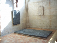 Maison du 16e siècle - Français:   Dalle funéraire dans une chapelle sud de l\'ababtiale de Robert d\'Estouteville(† 1334) et Marguerite de Hotot († 1330).