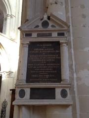 Maison du 16e siècle - Français:   Mémorial de trois abbés de Fécamp, enterrés dans la nef.