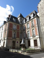 Hôtel - Français:   La maison des Compagnons du Devoir, rue Paul-Louis Courier.