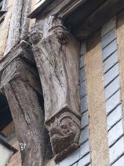 Immeuble - Français:   Corbeau orné supportant l\'avancée du deuxième étage de l\'immeuble à pans de bois situé à l\'angle de la rue de la Rôtisserie et de la rue du Change (Tours, Indre -et-Loire)