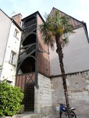 Maison - Français:   Escalier en bois à balustres moulurés desservant les étages de la maison située au n° 32 de la  rue Briçonnet (Tours, Indre-et-Loire)