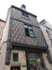 Maison - Français:   Façade de la maison située au n° 32 de la rue Briçonnet à Tours (Indre-et-Loire). Le premier étage, en encorbellement, est soutenu par une traverse reposant de part et d\'autre sur des consoles.