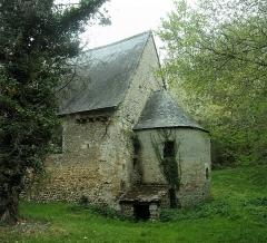 Ancienne chapelle Saint-Laurent - Français:   Abside et sorce sous abri de la chapelle Saint-Laurent