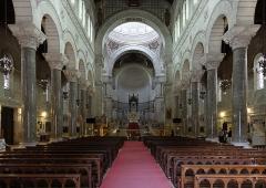 Basilique Saint-Martin - Nef de la basilique Saint-Martin de Tours (Indre-et-Loire, France).