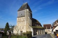 Eglise Saint-Genest -   Lavardin (Loir-et-Cher). . Eglise Saint-Genest.. . Début de construction probablement vers la moitié du XIe siècle. . . L'édifice se compose d'un clocher-porche et d'une nef à bas-côtés communiquant directement avec le chœur en abside semi-circulaire.. . Le clocher-porche*, en moyen appareil, a eu sa partie supérieure détruite en 1590 et remplacée par un toit de charpente.. .  Un clocher-porche est un clocher qui intègre à sa base l\'entrée principale d\'une église. La tour-porche ne porte pas de cloches, ce en quoi elle se différencie du clocher