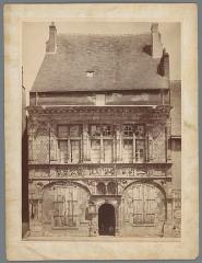Hôtel de ville - Nederlands:   Identificatie Titel(s): Exterieur van het stadhuis van BeaugencyBeaugency (Loiret) Hôtel de Ville (titel op object) Objecttype: foto  Objectnummer: RP-F-00-3055 Opschriften / Merken: nummer, recto: 'No. 627'naam, recto, gepreegd: 'MIEUSEMENT PHOTOGRAPHE'naam, recto, gepreegd: 'MONUMENTS HISTORIQUES'verzamelaarsmerk, verso, gestempeld: Lugt 3937  Vervaardiging Vervaardiger: fotograaf: Séraphin-Médéric Mieusement (vermeld op object) Plaats vervaardiging: Beaugency Datering: ca. 1875 - ca. 1900 Fysieke kenmerken: albuminedruk Materiaal: karton fotopapier  Techniek: albuminedruk Afmetingen: foto: h 363 mm × b 267 mm  Onderwerp Wat: façade (of house or building)townhallchildart (+ relief ~ sculpture) Waar: BeaugencyRelatiesGerelateerdExterieur van het stadhuis van BeaugencyD    Verwerving en rechten Copyright: Publiek domein