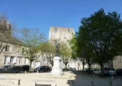 Donjon quadrangulaire, dit Tour de César - Français:   Place Saint Firmin et Tour de César à Beaugency