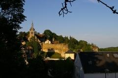 Eglise Saint-Etienne - Français:   Face à nous, l\'église Saint-Étienne de Château-Renard avec à ses pieds un pan de remparts, prolongés à droite par une tour ronde puis un autre pan de murailles recouvert de verdure. Terminant cette muraille à droite, une pièce rectangulaire et couverte de tuiles, appelée \