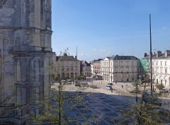 Maison -  Orléans place Ste Croix vue du musée. A gauche, la cathédrale Sainte-Croix, classée en 1862. Ensuite, en allant de gauche à droite: 13 Rue Étienne Dollet (inscrit en 1925) puis 15, 11, 9, 7, 5, 1 Place Sainte-Croix (immeubles inscrits en 1940).