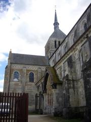 Eglise abbatiale Saint-Benoît -  Église abbatiale Saint-Benoît de Saint-Benoît-sur-Loire (Loiret, France): flanc septentrional