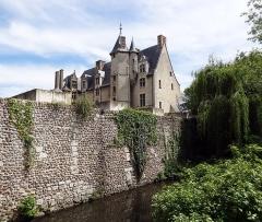 Rempart gallo-romain - Français:   Rempart gallo-romain d\'Évreux depuis le bord de l\'Iton, devant la cathédrale.