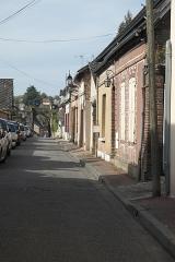 Ancienne porte fortifiée - Deutsch:   Straße in Tillières-sur-Avre im Département Eure (Region Normandie/Frankreich), im Hintergrund Stadttor