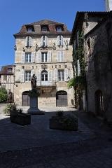 Maison devant le portail méridional de l'église Saint-Pierre - Français:   Maison Renaissance à Beaulieu-sur-Dordogne (19).