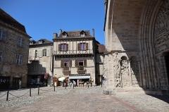 Maison du 15e siècle - Français:   Maison du XVe siècle, Place de la Bridolle, à Beaulieu-sur-Dordogne (19).