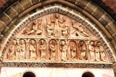Eglise Saint-Pierre ou Saint-Sauveur - Constitué de pierre calcaire de Nazareth, proche de Turenne, il représente sur sa partie supérieure l'ascension du Christ. La partie inférieure montre Marie entourée des onze apôtres.