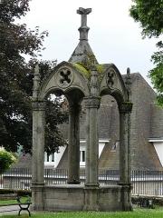 Chapelle Notre-Dame du Château - Français:   Structure dans le jardin de l\'église du château, Felletin, Creuse, France.