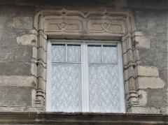 Immeuble - Français:   Fenêtre de la maison située 35 Grande rue, Felletin, Creuse, France.