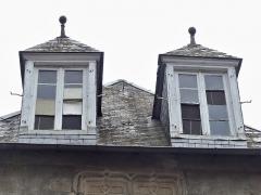 Immeuble - Français:   Lucarnes de la maison située 35 Grande rue, Felletin, Creuse, France.