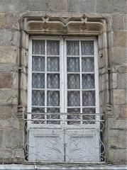 Immeuble - Français:   Porte-fenêtre de la maison située 35 Grande rue, Felletin, Creuse, France.