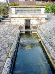 Lavoir - Français:   Canal de la source du lavoir de Fêche l\'Eglise