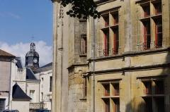 Ancien Palais de Justice, ancien Hôtel de Ménoc - Français:   Façade (XIXe) de l\'hôtel de Ménoc, Ville de Melle, département des Deux-Sèvres, France.