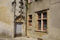 Ancien Palais de Justice, ancien Hôtel de Ménoc - Français:   Porte (XVe) de l\'hôtel de Ménoc, ville de Melle, département des Deux-Sèvres, France.