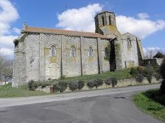Ancienne église priorale Saint-Pierre de Parthenay-le-Vieux - Français:   Église Saint-Pierre de Parthenay-le-Vieux, Parthenay (79). Extérieur. Flanc sud.