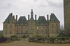 Domaine de Saint-Loup - Saint-Loup-sur-Thouet (Deux-Sèvres)  (Commune fusionnée avec Lamairé enn 1974 sous le nom de Saint-Loup-Lamairé)    Château de Saint-Loup.  Château construit au XVIIe siècle, sur l\'emplacement d\'une forteresse féodale du XVe.    A la fin du XIe siècle, il est fait mention d\'une église Saint-Loup et Saint-Pancrace \